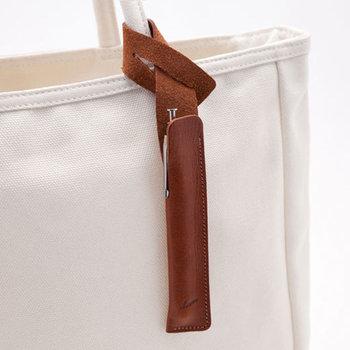 タグのようにバッグにつけられるペンケース。ふと思い立ったときに、すぐにペンを使えます☆革にもこだわり、革職人さんが手作りで作っています。