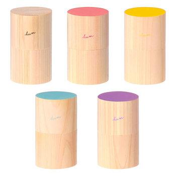 色使いがとってもやさしいウッドアロマディフューザー。国産ヒノキを使い、佐賀の木工所さんが、ひとつずつ手づくりしているんだそう。