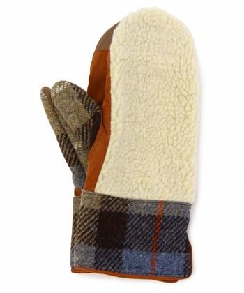 ミトンタイプの手袋も、ハリスツイードで子供っぽくなりすぎず、でもパッチワークのようなデザインが可愛い印象を与えてくれます。