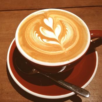 カフェラテ。飲むのがもったいないくらいキレイなアート☆ これを楽しみにラテを頼んでしまいそうですね!
