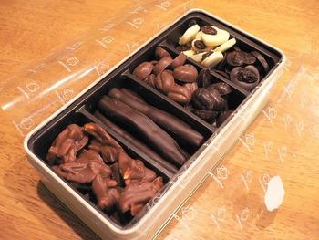 缶入りチョコレートには本当に色々な種類のチョコレートが味わえるので、とても楽しいです。オレンジ味のチョコレートや、モカ味、アーモンドのチョコレート、レーズンがのったホワイトチョコとなど。