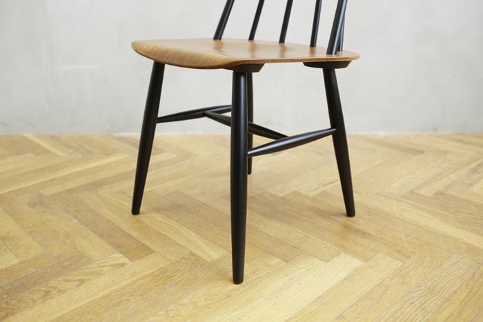座面には円状のくぼみと、前部分に緩やかなカーブ がつけられており、安定感のある座り心地を得られます。  そして、この特徴のある丸みをおびた脚がぬくもりを感じます。 座り心地の良さと美しさを併せ持ったスポークチェアです。