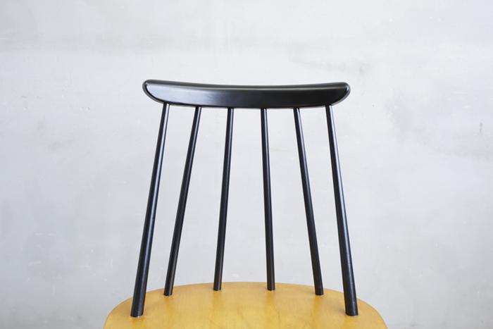 スポークチェアは一見、座りにくそう…な気がしますが…。  背もたれをよく見てみると、スポークが一本ごとに微妙に異なる角度になっています。このひとつひとつのスポークが背中を優しく支えてくれます。