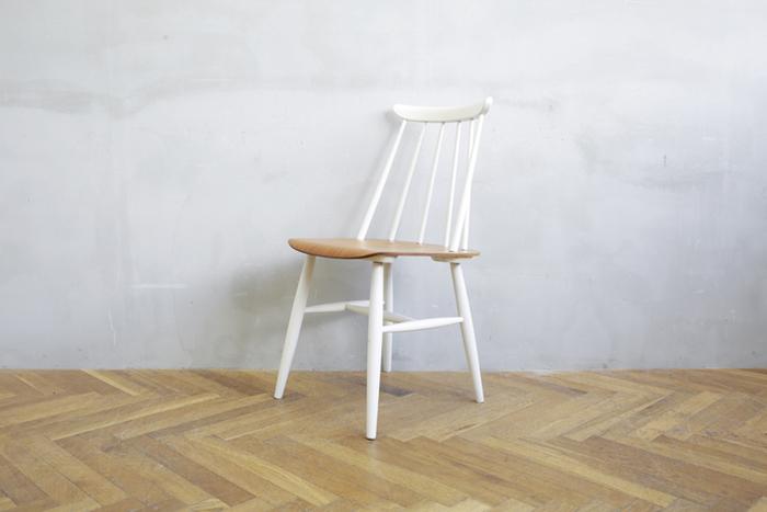 フレームにはバーチを使用。ホワイトとブラックの二色の塗りのカラー展開です。フレームの美しさが際立つブラックとやわらかな印象のホワイト。全く違った印象ですが現代にもマッチするスタイリッシュなシルエットが魅力的。  その他バーチ材のヴィンテージならではの光沢を楽しめるナチュラルも。  座面はチークを使用。座面の計算された構造の美しさが木目の美しさとともに引き立ちます。