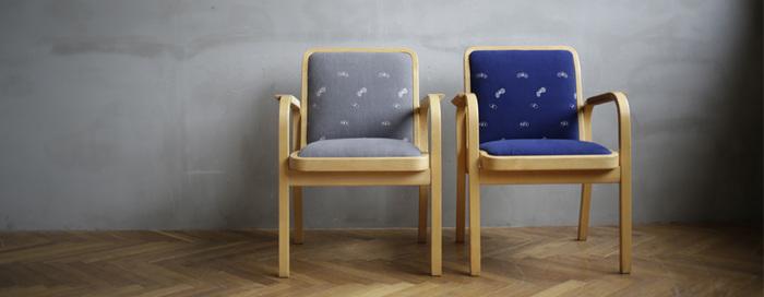 ハルタの北欧の美しい家具に対する想いは、私たちが何気なく利用している道具や家具に、そこに後世に残したい美しいものはあるのか?そしてその美しさを伝える事ができるのか?身近にあるものに対しても思いをめぐらせることができます。  ですが、今でも輝かしい名作のデザイナーズ家具たちは、熱狂的な目線や制作したデザイナーの悪戦苦闘や輝かしい功績とはうらはらに、どこかのんびりとほのぼのとした時間が流れているように感じます。その熱さを感じさせず日常生活にすっと馴染み、心を潤わせてくれる、そんなさりげない存在こそ、まさに『後世に残したい名作』なのかもしれません。
