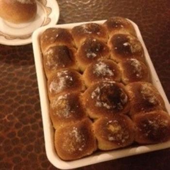 ちぎりパンもバットに入れたら綺麗な形に。 このまま出してもサマになるのでポットラックパーティーにもパンを潰さず持っていけます。
