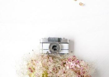 こちらはオリンパス製のフィルムカメラをレザーでラッピングしたもの! こんなにかわいいカメラなら、休日も頑張って遠くへ出かけたくなりますね。
