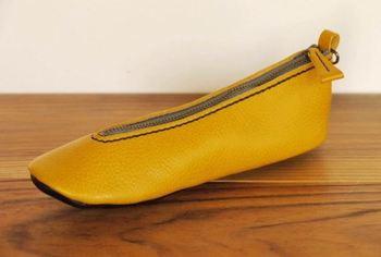 こちらは靴を模したペンケース。なかなか既製品では見られないようなデザインも、ハンドメイド雑貨の魅力です。 丸みを帯びた爪先も、大人かわいいポイントかもしれません。