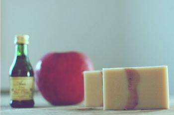林檎のジュースやお酒、シアバターなどを用いて作ったこちらは「りんごバター石鹸」。 保湿効果たっぷりのリンゴジュースにプラスでシアバターなんて贅沢すぎます!
