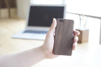 すっきりとしたモダンな印象の木製iPhoneケース。無垢の木材から機械で削りだし、ひとつひとつ手でヤスリをかけているのだそう。人と差がつくケースですね。
