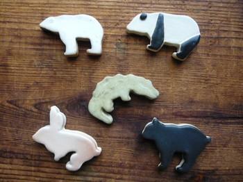 「動物は好きだけど、かわいすぎるものは苦手」 そんなあなたにおすすめなのは、シンプルなデザインのはし置き。 白クマにパンダ、うさぎなど、おなじみの動物たちの形を切り取りました。 シンプルながら、人の手のぬくもりを感じる、優しい作品です。