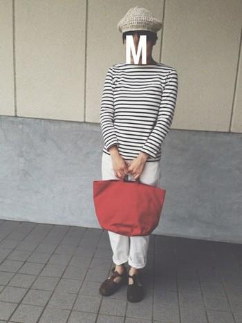 ホワイトパンツと合わせて爽やかに。 赤いバックがよく際立ち、明るい印象になっています。