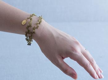 メダイユのブレスレットは、どんな服を着ようか、想像が膨らむアクセサリーです。