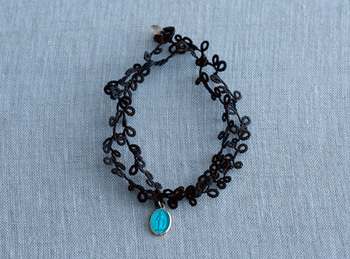 ブラックは印象的なポイントとして、おしゃれなファッションの小物になります。