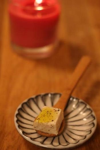 どこの家庭にもある二つの食材が、こんなにも幅が効くアイディア食材に大変身。  ごはんはもちろん、日本酒やワインのあてにも。 塩麹豆腐にぜひ、御賞味あれ。
