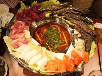ベトナムでも鍋料理は大人気♪ 寒くなるこれからの季節におすすめなのは、冬期限定メニュー・レモングラス鍋。彩り豊かな食材が贅沢に並び、目でも楽しめそう! レモングラスがたっぷり入った酸味のあるスープに、大きな海老、魚の切り身、お肉、野菜をたっぷり入れて。ぜひお試しあれ!
