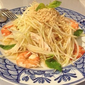 青パパイヤのサラダ。シャキシャキした食感と甘辛い味付けが後を引きます。