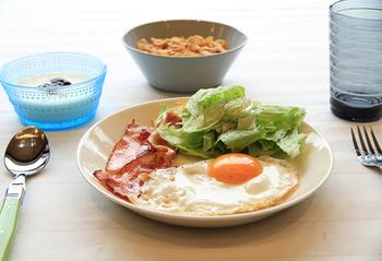 朝ごはんのおかずをのせて。一つのお皿にまとまるから、洗物も少なくなるのが嬉しいですね。
