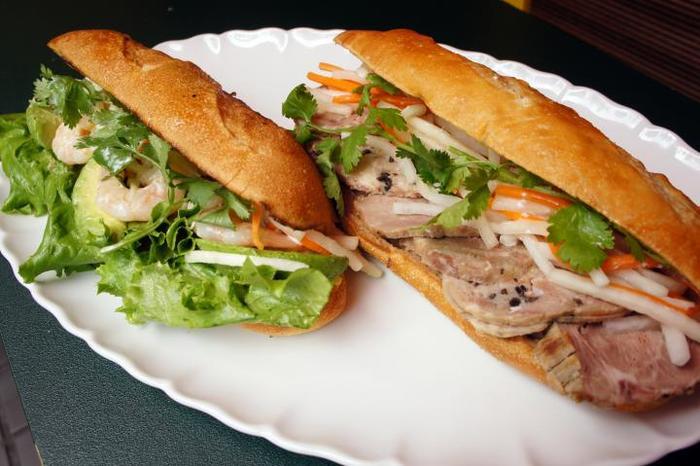 なますやレタス、パクチーなどを挟んだ栄養満点のサンドイッチ。こだわりの自家製パンも美味しい♪