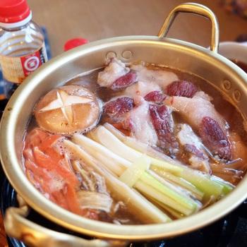 投入して一煮立ちすると…熱々の美味しそうな熊肉鍋に! 熊肉はちょっと時間がかかるそうです。 固めのお野菜とともに初めから入れてグツグツ。 熊鍋の熊肉も、脂身・お肉は全く臭みもなくて美味しいと評判です。