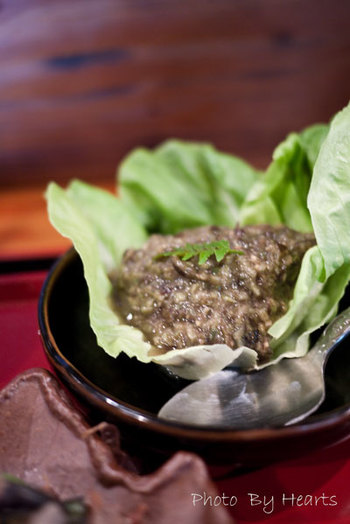 夢ワラビのタタキに味噌を混ぜ包丁で叩き、ネバネバが出た感じ。 「思った以上に 深い味わい。エグくもなく苦くもなく食べれる。」との声も。