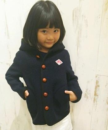 小さな子が着てもきまってますね! シックだけど、くるみボタンとブランドロゴがちょうどいいアクセントになって可愛さをプラスしています♪