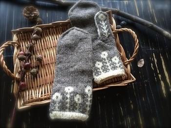 北欧の伝統的な柄を応用した、マーガレット柄がかわいらしいミトン。 ほっこりとしたデザインながら、シンプルな配色で大人も素敵に身につけられます。 毛糸はしっかりした感触のウルグアイウール。 使うたび柔らかくなっていきますので、育てる感覚で使い続けたいですね。
