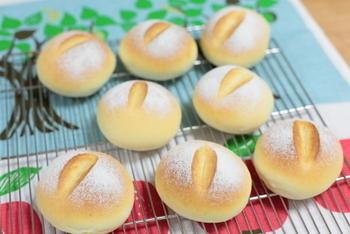 食事のお供にいくらでも食べられそうな丸パン。はちみつの甘みと、高級バター「カルピスバター」を使っているのが味の決め手のようです☆