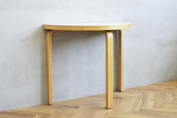 少ないスペースでも2人でゆったり座れる半円テーブル。 アルテックらしい優しい素材感を感じる事の出来るアイテムです。  壁際にペタッとくっつけて置く事が出来るので、空間を無駄なく使う事が出来ますね♪ 座った時の相手との距離感も丁度良い、居心地の良いテーブルです。