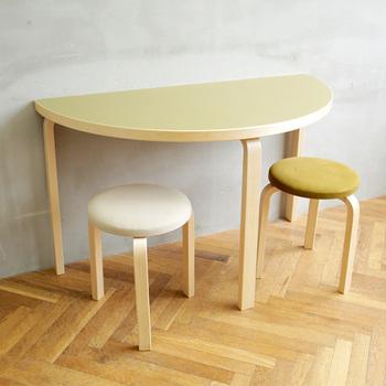 「stool60」と一緒に使うと丁度良いですね! 優しげなカラーリングは、木目調のインテリアにもぴったり! 椅子との組み合わせを考えるのも楽しいですね♪