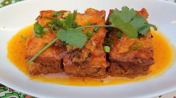 ベトナム版おふくろの味、豆腐の肉詰めトマトソース。優しい味付けで大人気! 揚げ豆腐の食感を楽しんで。