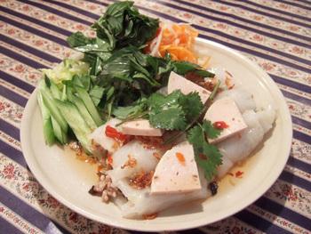 つるんとした食感とあっさりした味付けが美味しい水餃子。たっぷり野菜と、ベトナムソーセージが乗せられています。ビールもすすむ!