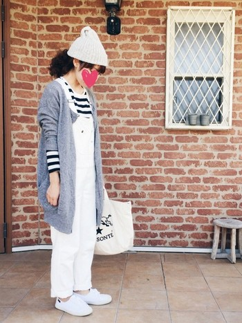 春夏に流行したホワイトサロペット+ボーダーの組み合わせ。 ニット帽とあったかカーディガンを合わせれば、秋冬もOKです!