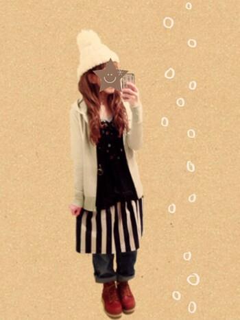 しましまスカートをエプロン風にデニムの上に重ね着! 重たくみせない、絶妙なバランス加減も素敵です。