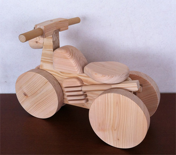 子供が大好きな乗り物も、ヒノキ製だと温かみのある雰囲気。 木の四輪バイクは、エンジン部分やヘッドライト、マフラー部分までこだわって作られた本格派です。 四輪なので安定しており、前進も後進も思いのまま。 特別な日に贈りたい、素敵なおもちゃです。