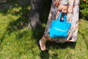 """kroneではオリジナルアイテムも人気があります。こちらの""""Hyggelig krone Dalahast Bag""""は発売以来多くの人に親しまれているロングセラーアイテム。Hyggeligはデンマーク語で""""心地がよい、安らぐ、くつろぐ""""という意味だそうで、お店のこうありたいという想いが伝わってきます。"""