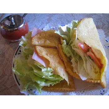 知る人ぞ知る人気メニューのタコスです。 生地は揚げピタパンで野菜たっぷり。ソースはサルサではなくケチャップベースのピリ辛ソースですが、やみつきになる美味しさです。