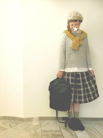 チャーミングなスカートコーデに黒リュックでカジュアル感をプラス☆