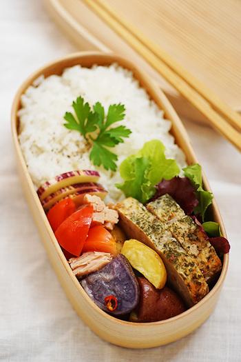 曲げわっぱのお弁当箱って、とっても美味しそう。 まずはみんなの「曲げわっぱ」のお弁当の中身を見てましょう。  色とりどりのお野菜が、ところ狭しと。