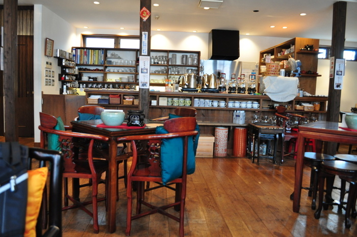 カウンターには専用の茶器や道具がずらり。