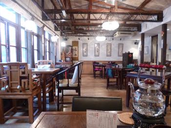 レトロ・チャイニーズな店内は映画に出てくるカフェのよう。 高い天井と広い空間でゆったりとした店内は、心安らぎます。
