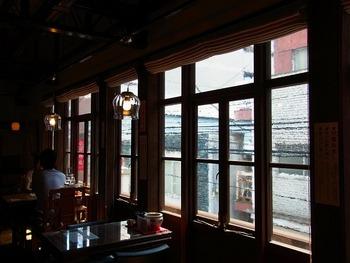 雰囲気ある窓際。 レトロなライトや窓ガラスがいい味を出しています。