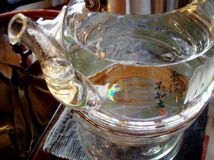 中華街でも一番人気の中国茶カフェだけあって、 中国茶のラインナップが本当に多く、独特のお茶の淹れ方や茶器があります。 注文後、それぞれのお茶に合わせた茶器一式が運ばれ、一煎目のみスタッフの方がお茶の淹れ方などを教えてくれます。