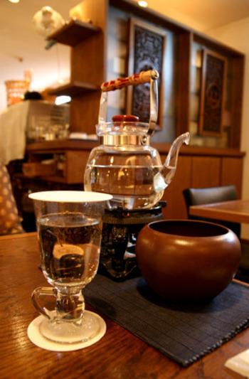 日によって種類が変わる「日替わり造形茶」。茶の葉を糸で束ねたもので、2分くらいで徐々に開花・・・!店員さんが説明しながら目の前で淹れてくれます。