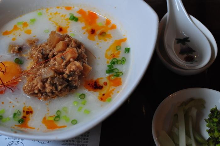 見た目にも鮮やかな、ほたてのとろっとスープご飯。 帆立、ひき肉の餡が載った帆立スープの中にはご飯があり、青いザーサイのアクセントがおいしい一品です。