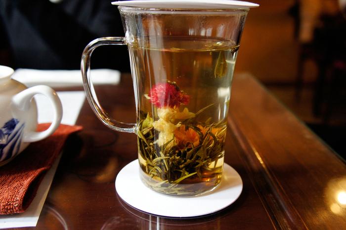 この日はジャスミン茶。蒸らしている間にお花が開いて幻想的な光景。 お湯を継ぎ足すことが可能なので、満足のいく量を飲むことができます。 蒸らし終わって蓋を開けると、ふんわりいい香り。 見て・嗅いで・飲んで楽しめるお茶となっています。