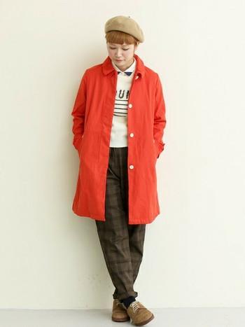 鮮やかな赤色のコートで、マニッシュかつ個性的な雰囲気に。 ダーク系ファッションが多くなる冬には、こんなビビッドカラーが新鮮です。