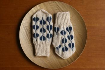 優しい生成りの毛糸が引き立てるのは、上品な紺色の柄。 北欧のブランドにも思える、素敵なデザインのミトンです。 手首のリブ部分がしっかりとしているので、寒い日もあたたか。 国内メーカーの毛糸を使用し、洗濯機で丸洗いできるのも魅力です。