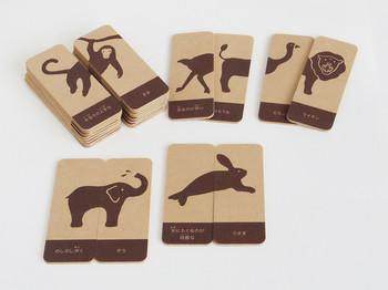 知育おもちゃとして人気なのは、デザイナー・tekさんが作る「つながるアニマル」。 右と左、正しいカードを組み合わせると、12種類の動物が姿を現します。 間違えて組み合わせると、うさぎのお尻に泳ぐためのひれがついたり、ライオンに空飛ぶ羽が付いてしまったり…。 親子で楽しみながら、学習できるおもちゃです。