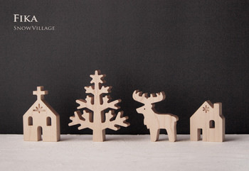 今の季節にぴったりなのは、こんなディスプレイ。 雪で覆われた小さな村をイメージして作られた、素敵な木工作品です。 ツリーやトナカイ、教会に小さな家。 ずっと眺めていると、しんしんと降り積もる雪が見えてきそうですね。